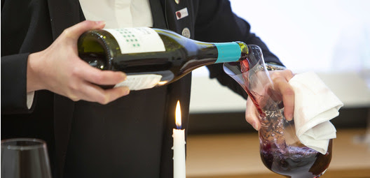 Sommelier dekantoi viiniä